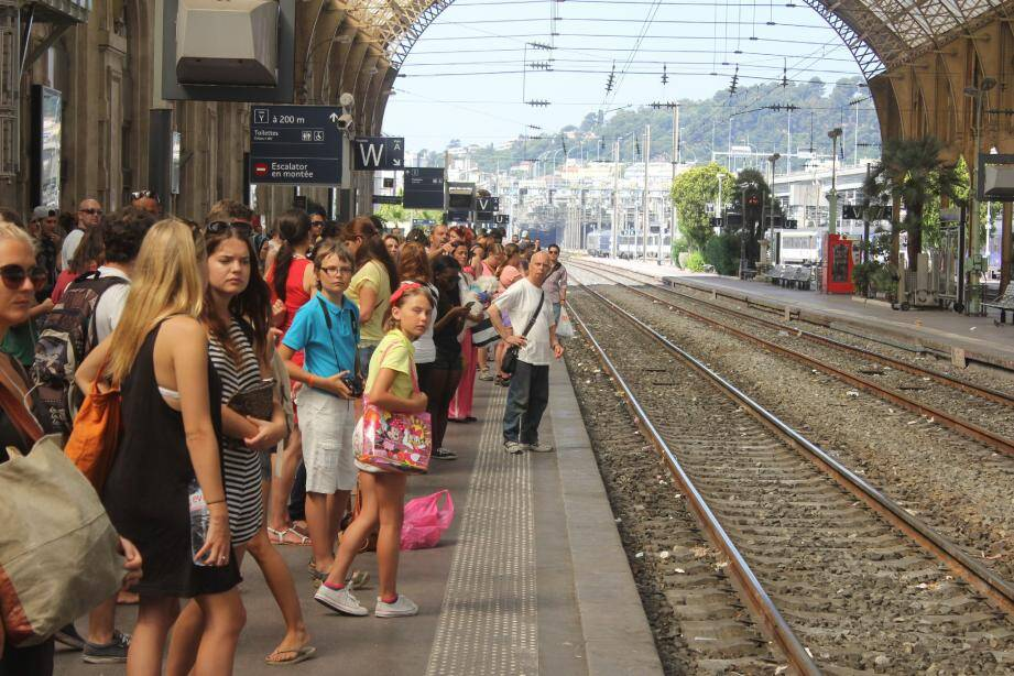 De nouvelles perturbations sont à prévoir pour ce jeudi même si, selon la SNCF, le trafic s'améliore un peu au niveau national.