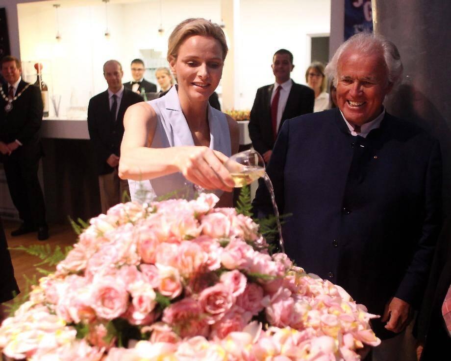 La princesse Charlène a fait hier sa première sortie officielle depuis l'annonce de sa grossesse, le 30 mai dernier, pour baptiser une rose qui porte son nom, sous l'œil du joaillier Yves Piaget, passionné de roses.