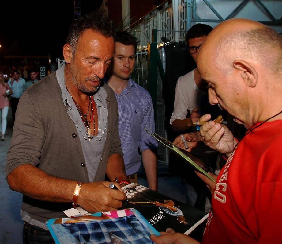 Bruce Springsteen a suivi les performances de sa fille Jessica, inscrite au Jumping de Cannes. Et a aussi signé des autographes.