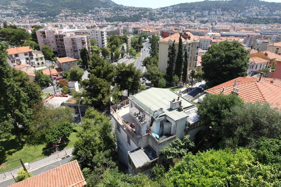 Hier, la villa, laissée vacante par sa propriétaire sous tutelle, a été intégralement murée. De quoi empêcher, a priori, toute nouvelle intrusion.