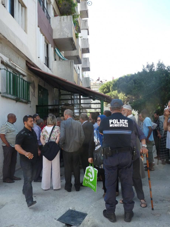 Pourparlers tendus entre les fidèles et les responsables de Côte d'Azur Habitat, hier matin, devant la salle de prières de Bon-Voyage.