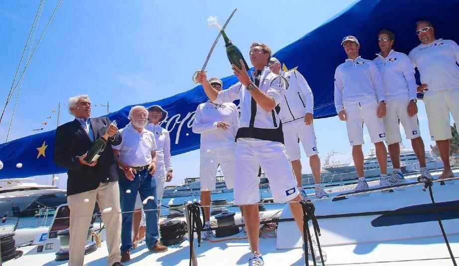 Pierre Casiraghi a sabré le champagne, hier, sur le pont du bateau.
