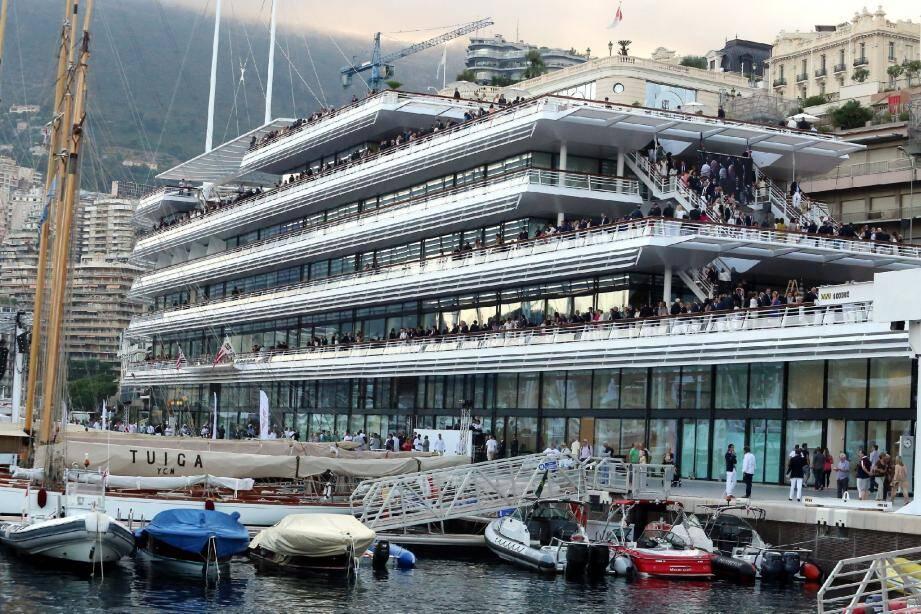Le nouveau navire amiral du Yacht-club de Monaco a été inauguré avec faste, hier soir.