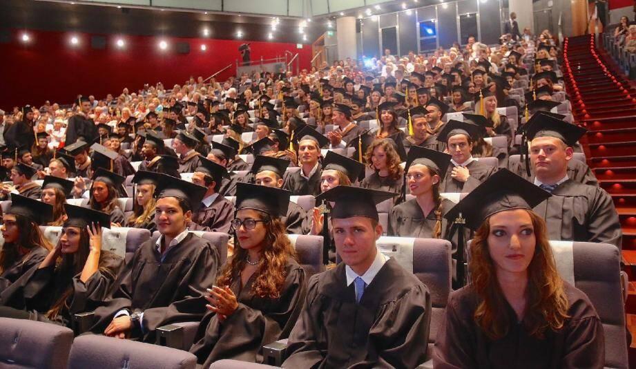 Avec leurs chapeaux et leurs toges, symboles de la cérémonie des diplômes, les étudiants se sont retrouvés samedi, au Grimaldi Forum.