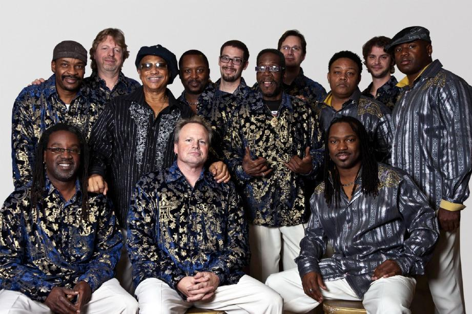 La formation Earth Wind and Fire Experience Feat Al Mckay au grand complet.