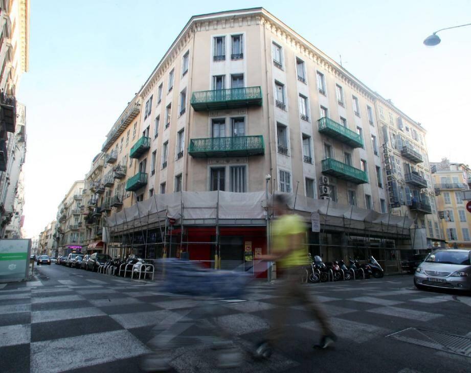 La police judiciaire de Nice a su rapidement que les criminels avaient passé quelques heures dans une chambre d'hôtel, près de la gare Thiers. C'est dans cette chambre que les enquêteurs découvriront une empreinte génétique. Un élément décisif pour identifier le tueur.