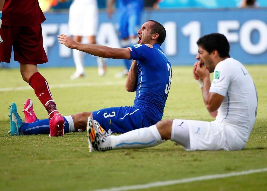 Luis Suarez vient de croquer l'épaule de l'Italien Giorgio Chiellini. Un comportement fou qui lui vaut d'être suspendu pour neuf matchs par la FIFA.