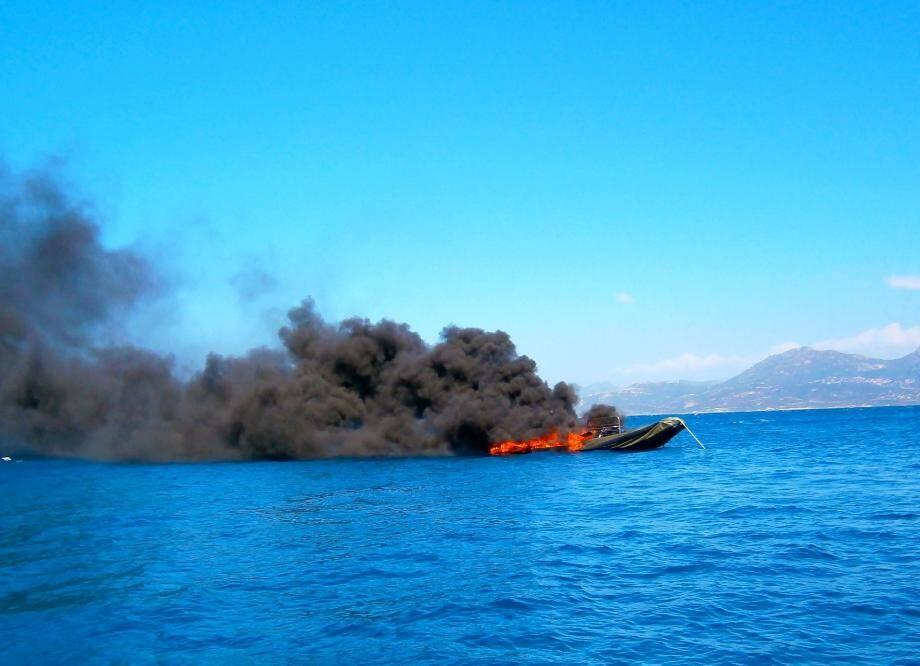 Un important dispositif de secours aux victimes a été mis en place en mer et sur les quais : pompiers sauveteurs et médecins, Samu, ambulances et équipe de sauveteurs aquatiques.