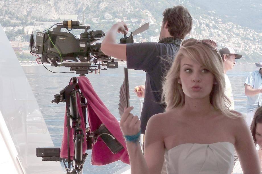"""Kim Matula, alias Hope Logan dans """"Amour, Gloire et Beauté"""", en plein tournage de la série à Monaco."""