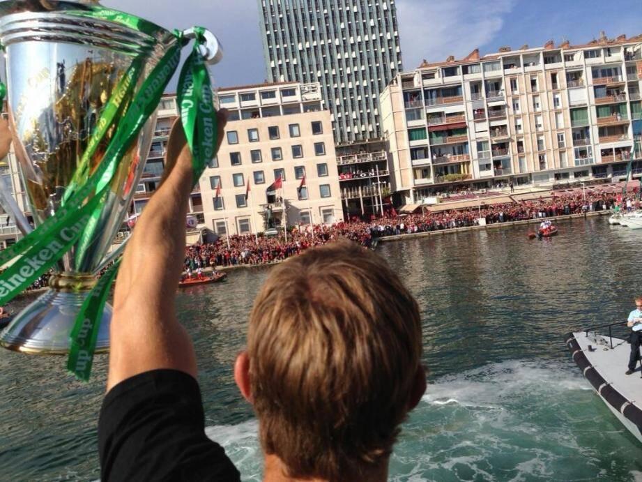 Jonny Wilkinson débarque à Toulon en 2013, la H-Cup au bras. Ce dimanche, l'ouvreur anglais brandira également le bouclier de Brennus.
