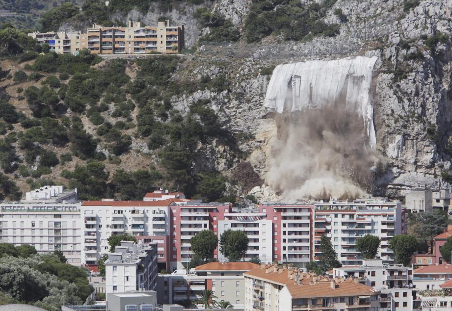 Explosion d'un bout de la falaise surplombant les habitations du quartier Bon Voyage à Nice.