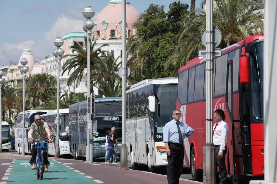 La présence des autocars sur la Promenade des Anglais est jugée inesthétique par la municipalité niçoise.