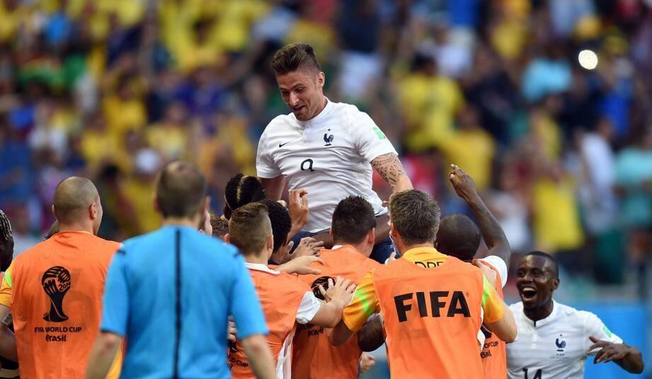 Olivier Giroud fêté par ses coéquipiers après son but, le premier en Coupe du Monde.