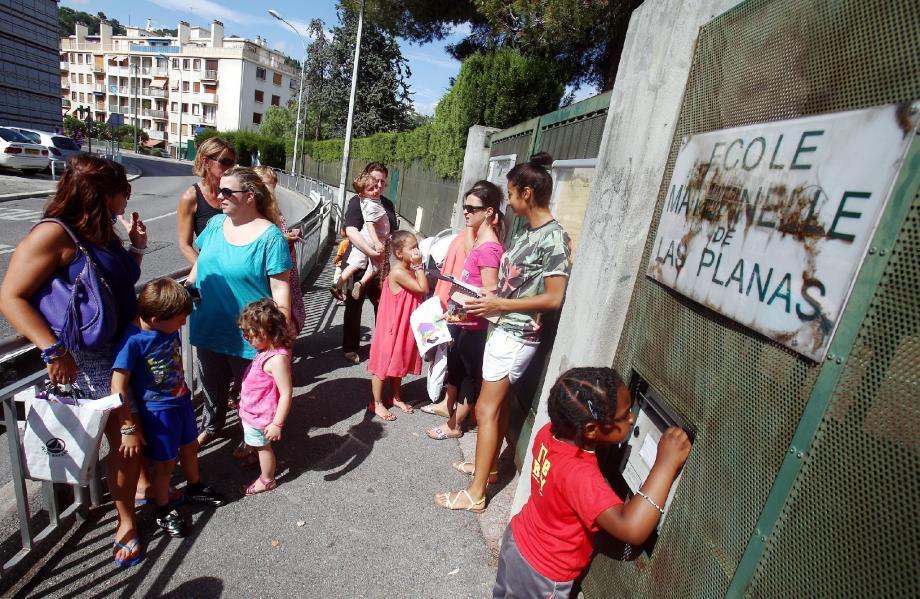 Deux groupes de parents et deux jugements opposés sur l'école de Las Planas : hier, la mobilisation était destinée à défendre tout le personnel de la maternelle.