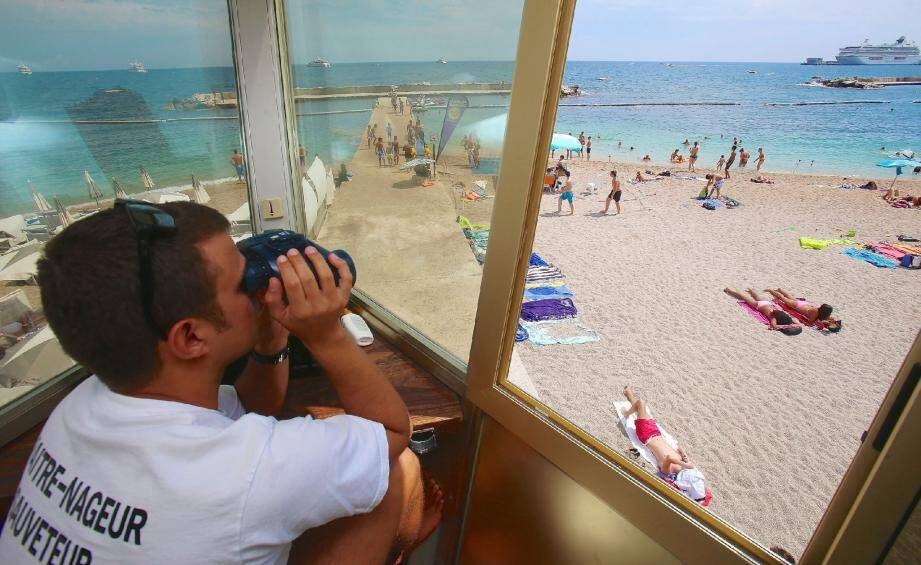 La grande tour, située sur la plage, sert de mirador. Un poste idéal pour observer le plan d'eau et intervenir rapidement.