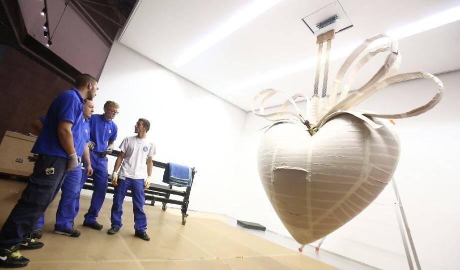 Instant périlleux hier pour suspendre le cœur monumental de Jeff Koons (ici encore enveloppé) qui pèse 1,3 tonne.