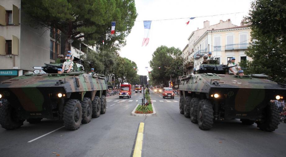 Les troupes motorisées - qui en imposent - ont défilé sur le boulevard Clemenceau, hier soir.