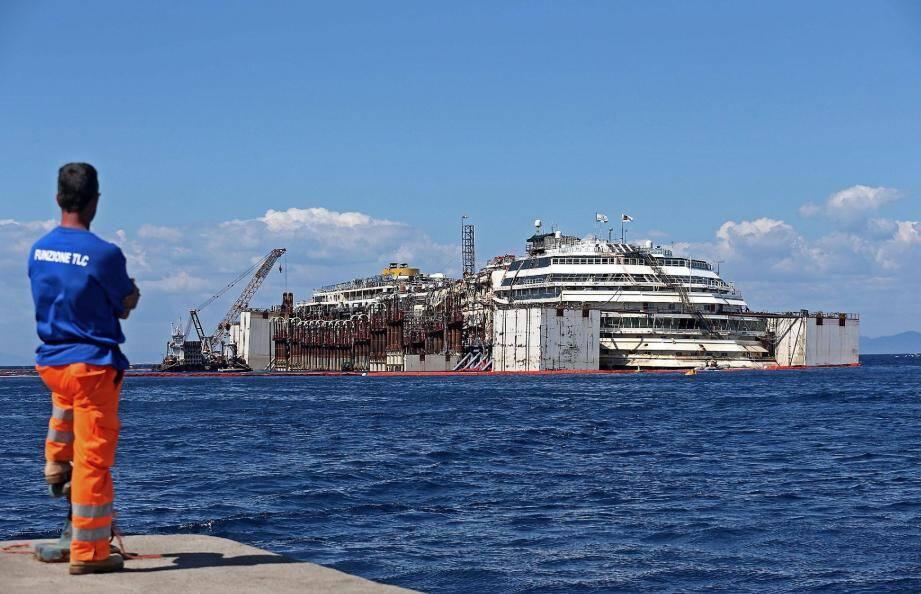 Le paquebot Concordia, dont le naufrage tout près de l'île italienne de Giglio avait fait 32 morts en janvier 2012, a entamé mercredi peu après 11 heures son dernier voyage vers Gênes.
