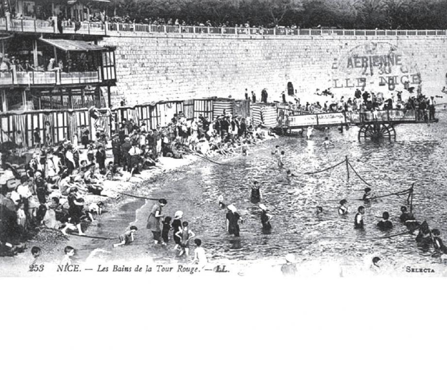 Carte postale de Nice, plage de la Tour rouge. Cette plage fut la première fréquentée par les baigneurs dès le début du XXe siècle. Elle se trouvait face au Vieux-Nice et n'existe plus dans cette forme.