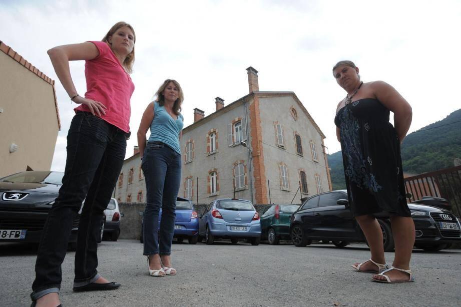 Les trois femmes de gendarmes « rebelles » posant devant la caserne de Sospel, objet de toutes leurs critiques.