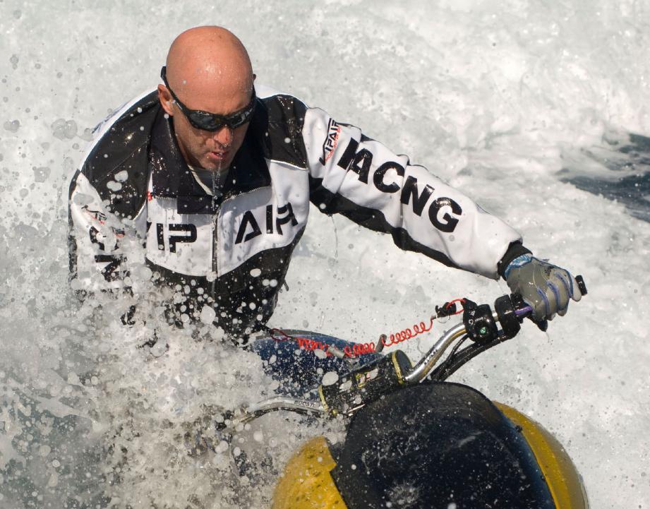 Vincent Lagaf' évoluait sur un scooter des mers tandis que son fils dirigeait la planche d'Hoverboard.