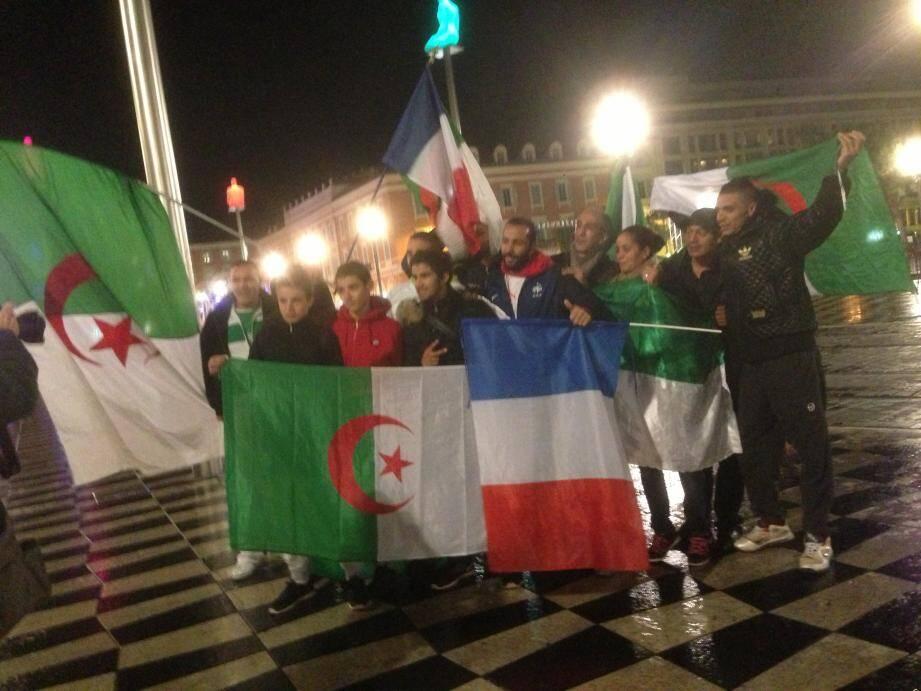 Des supporters algériens le 19 novembre 2013, au soir de la qualification des Bleus et des Fennecs sur la place Masséna à Nice
