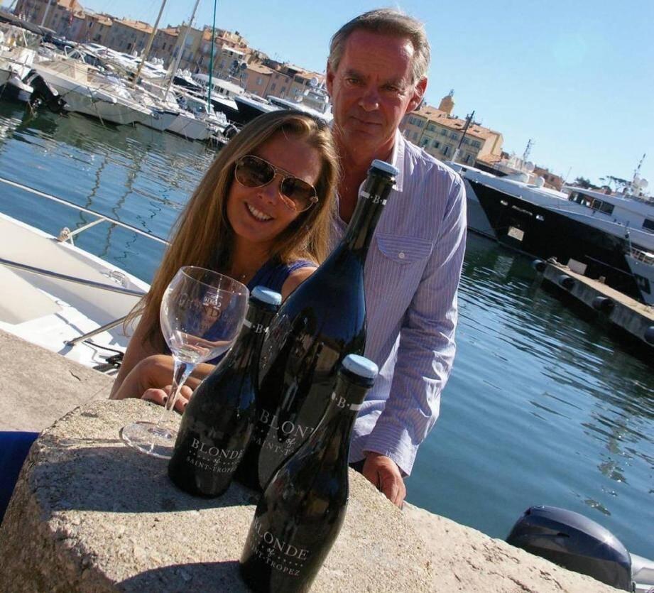Sarah Redding et Raphaël Hoet portent un toast à la réussite de leur bière.