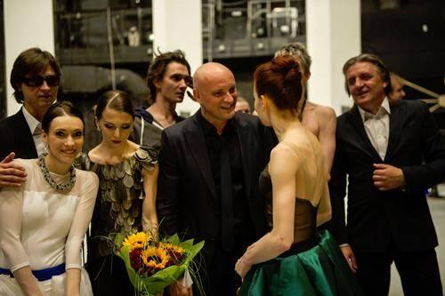 À l'issue de la première, Jean-Christophe Maillot (au centre) entouré des danseurs et aux côtés de Serguei Filine (gauche), directeur de la danse du Bolchoï.