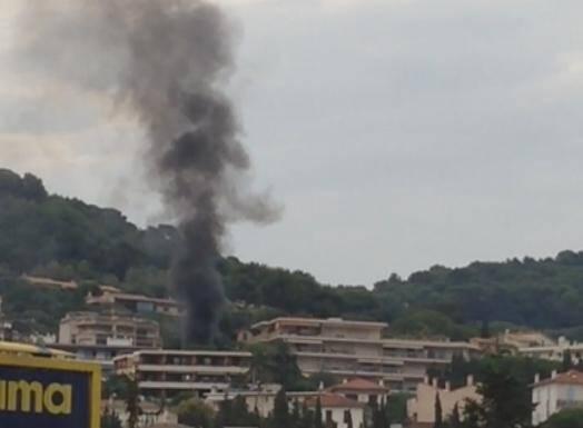 Une voiture en feu et beaucoup de fumée au Cannet