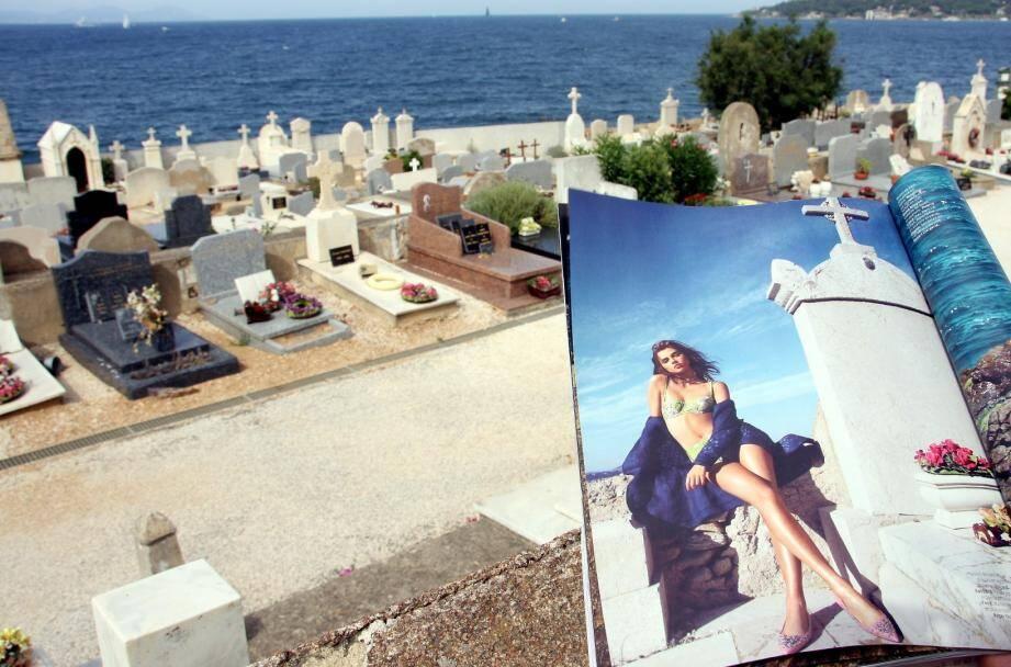 Capturées dans l'enceinte même du cimetière marin du village de Saint-Tropez, trois photographies publiées dans l'édition estivale d'un célèbre magazine de mode ont déclenché un vent de polémique parmi la population locale.