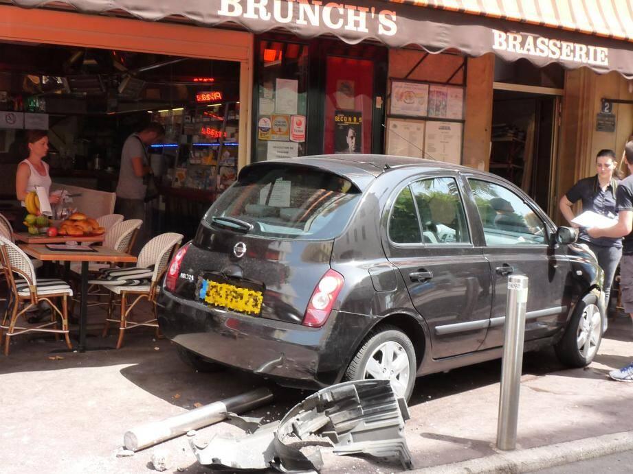 Une voiture fonce sur une terrasse de restaurant à Cannes à l'heure du déjeuner.
