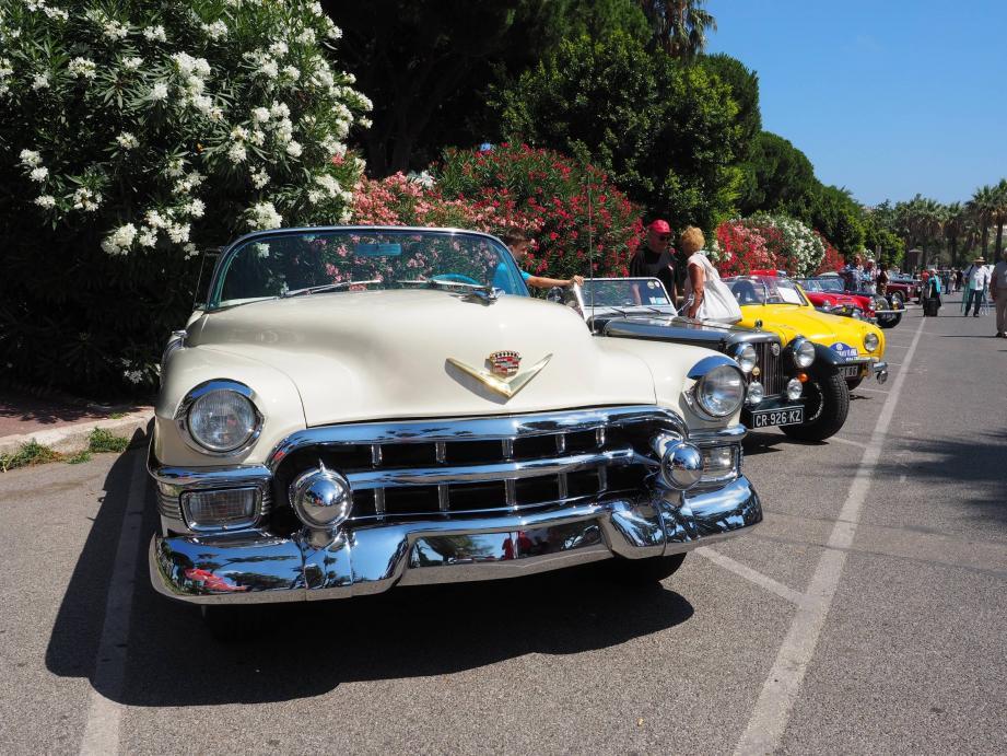 Concentration de voitures anciennes à Cannes