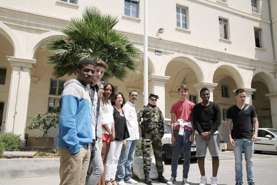 Quelques-uns des 24 000 jeunes qui passent chaque année la journée Défense et citoyenneté dans la circonscription de Nice. Ici, à la caserne Filley avec un soldat en plastique plus vrai que nature...