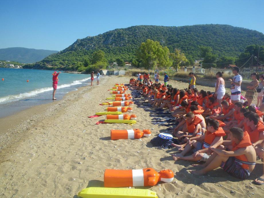 Sur les plages grecques, 4 000 enfants utilisent tout l'été du matériel fourni par la Fondation pour apprendre à nager.