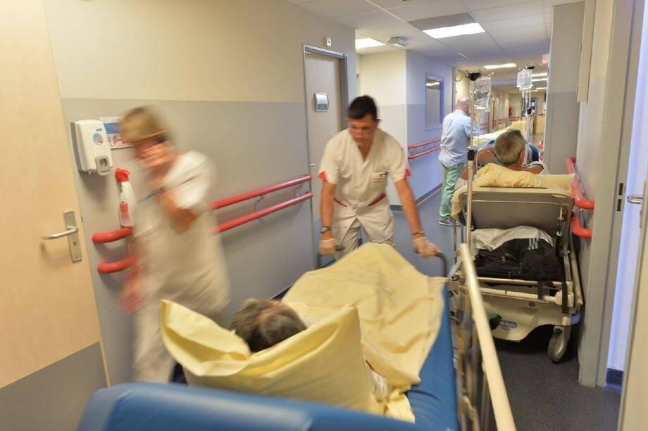 Les couloirs du service des urgences du CHPG ne désemplissent pas. Durant les mois de juillet août, les douze box ne suffisent plus à accueillir les patients aux pathologies très diverses. Heureusement le personnel lui, est substantiel.