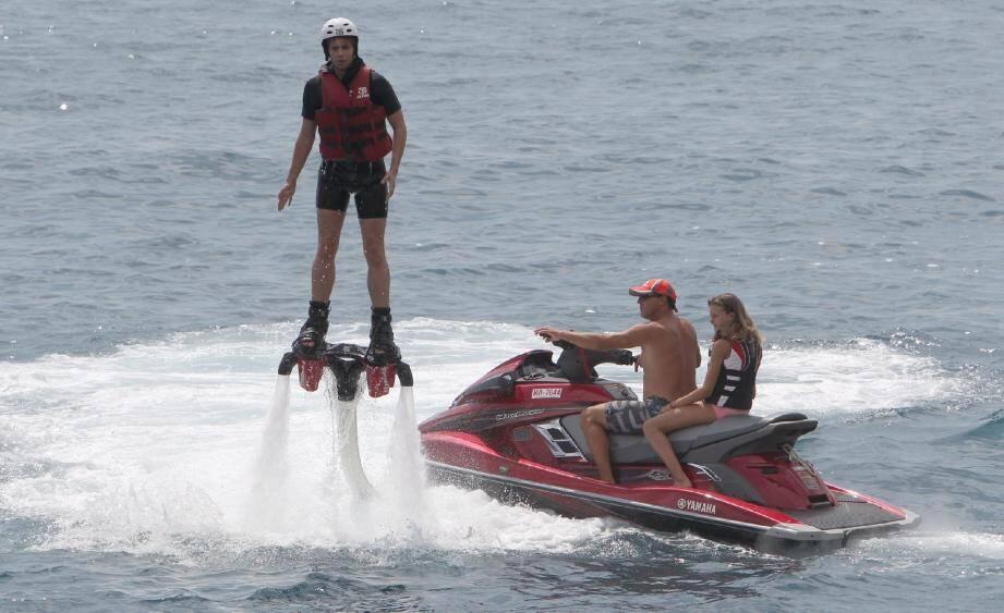 Alimentées en énergie par le jet-ski, les bottes permettent une propulsion hydraulique d'une force incroyable. Accrochez-vous bien, ça secoue plus que sur un surf !