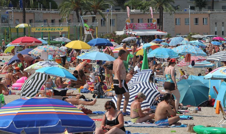 Pour les représentants des unions patronales, l'affluence dans la rue piétonne et sur les plages ne traduit pas la réalité économique.