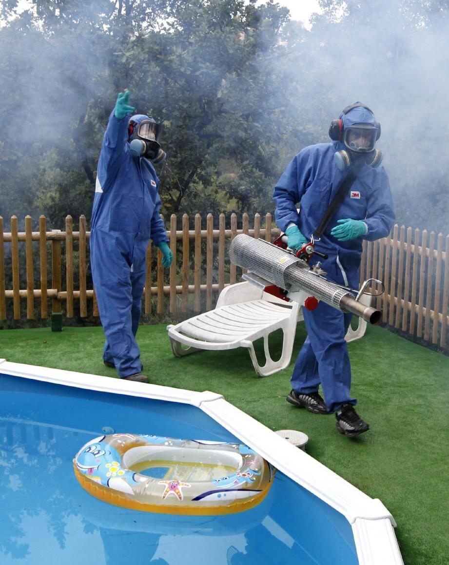 Les techniciens de l'Entente interdépartementale de démoustication en action dans une villa de La Gaude, en octobre 2010, après le signalement d'un cas de chikungunya.