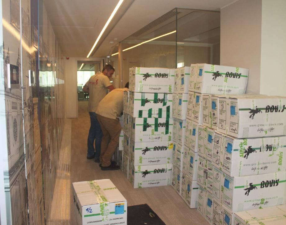 Alors que les cartons sont encore en cours d'acheminement, les salariés découvrent leur nouvel espace de travail.