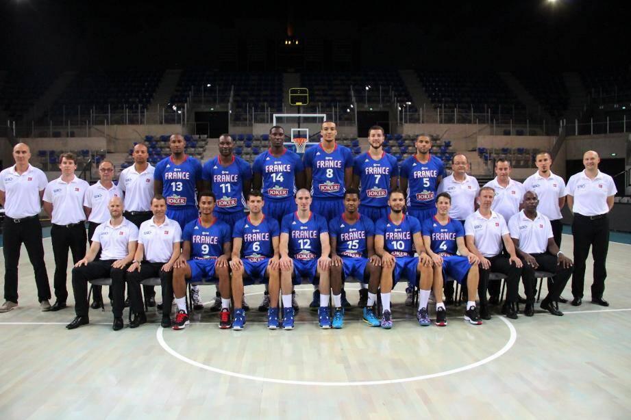 L'équipe de France à l'AAA. En bleu, debouts de g. à d. : Boris Diaw (13), Florent Pietrus (11), Ian Mahinmi (14), Rudy Gobert (8), Jofrey Lauvergne (7), Nicolas Batum (5). Assis : Edwin Jackson (9), Antoine Diot (6)
