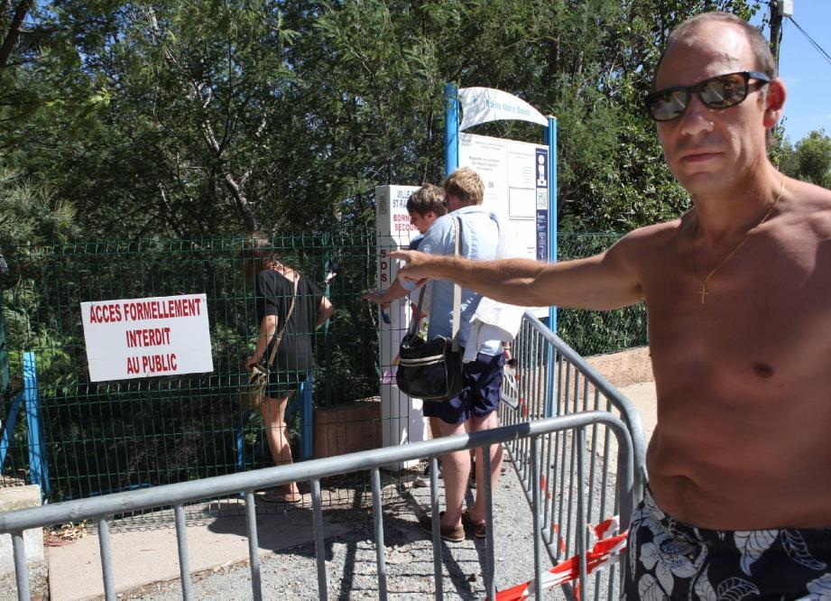 Malgré l'interdiction, ils sont nombreux à accéder à la plage par l'escalier de tous les dangers.