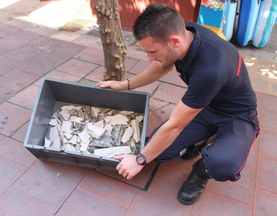 Deux morceaux de béton d'environ une vingtaine de centimètres se sont décrochés de la corniche du 4e étage de l'hôtel Balmoral.