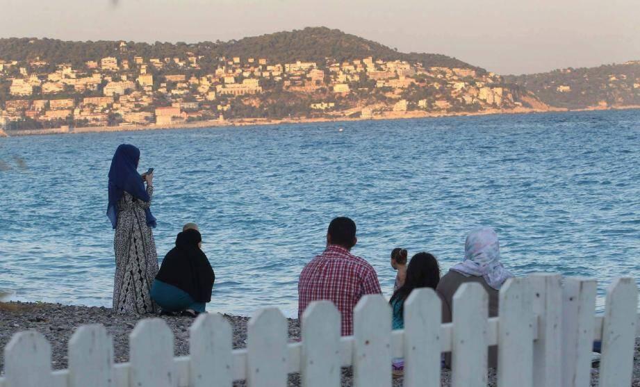 A partir de 19 heures, les femmes voilées viennent se baigner ou profiter de la plage sur ce coin de Promenade des Anglais.