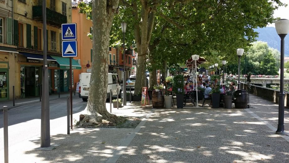 C'est dans la rue principale, l'avenue Jean-Médecin, sur la terrasse d'un restaurant, que la bagarre a éclaté.