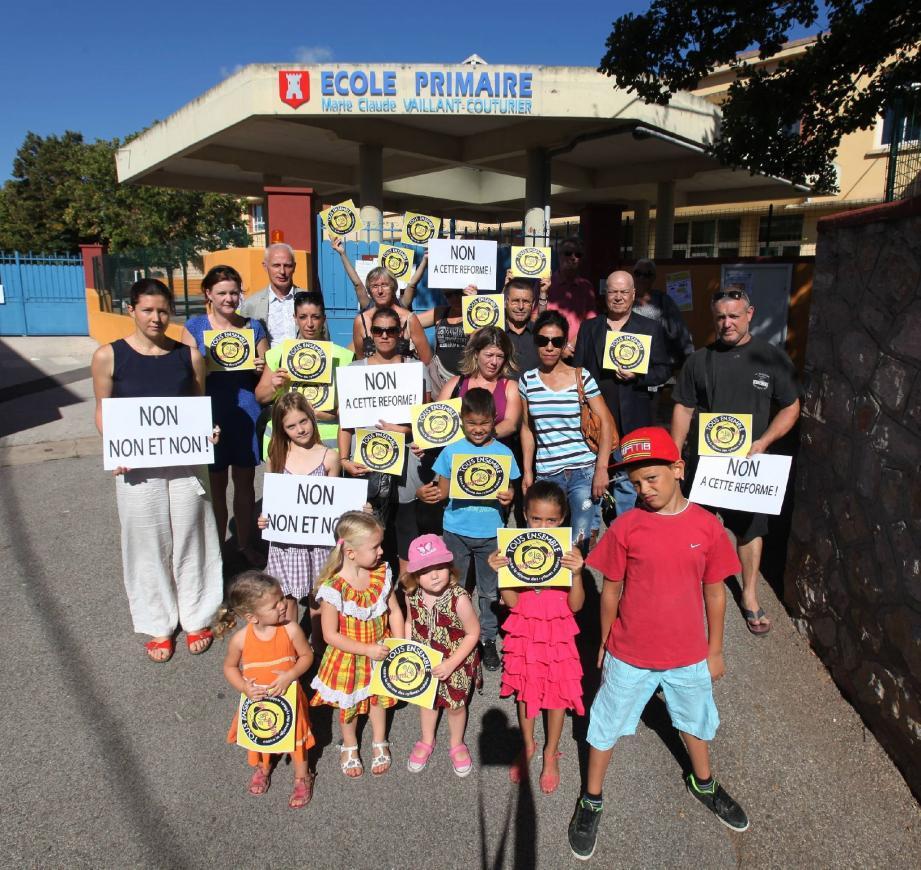 Une quinzaine de parents d'élèves était aux abords de l'école primaire de Carnoules, mobilisée contre une réforme réprouvée.