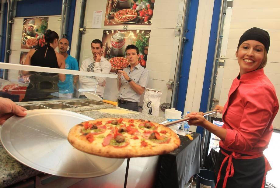 Entre les vingt pizzaïolos, la concurrence fut rude, mais Elisa, qui finit cinquième de la compétition, garde le sourire.