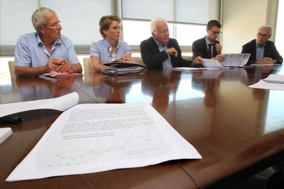 Le maire a présenté les conclusions de l'audit sur les finances de la ville entouré de sa directrice des services financiers et du représentant de Finance Consult, Alexis Temporel (à sa droite)