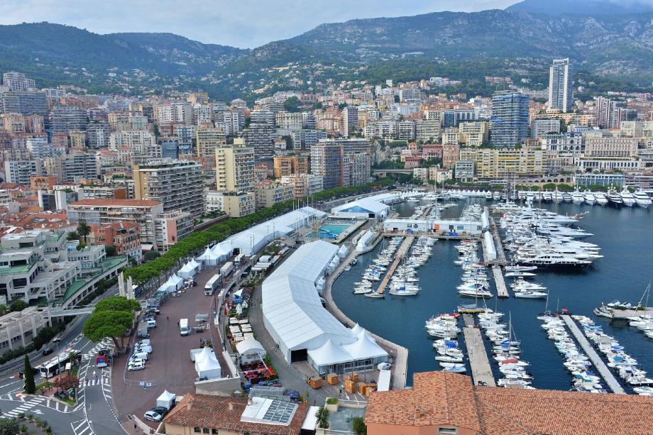 Les travaux d'installation du Monaco Yacht Show se poursuivent sur le port Hercule.