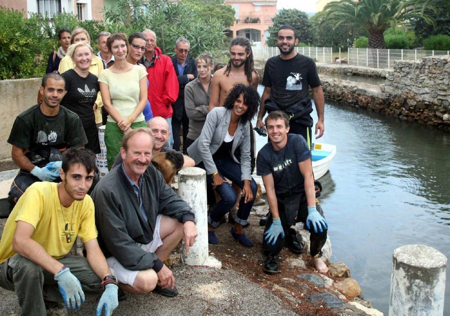 Photo souvenir du chantier avec les partenaires de l'opération et les bénévoles réunis sur les berges du canal à Port-Pothuau. Ils sont étudiants, médecin, financier et ont décidé de consacrer leurs vacances à ce chantier patrimonial. En échange, ils sont accueillis et découvrent la région.