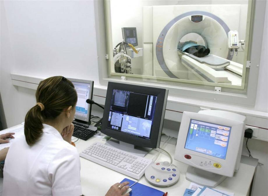 L'IRM polyvalente, l'unique appareil de l'hôpital Sainte-Musse, réalise 10.000 examens par an, dont 50% relevant des problèmes ostéo-articulaires. Un second appareil dédié à ces examens diviserait le temps d'attente par deux.